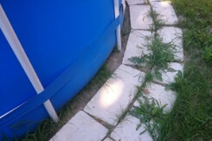 Welcher Pool bei unebenen Boden: Das Becken gerade aufstellen