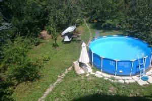 Runder Pool im Garten
