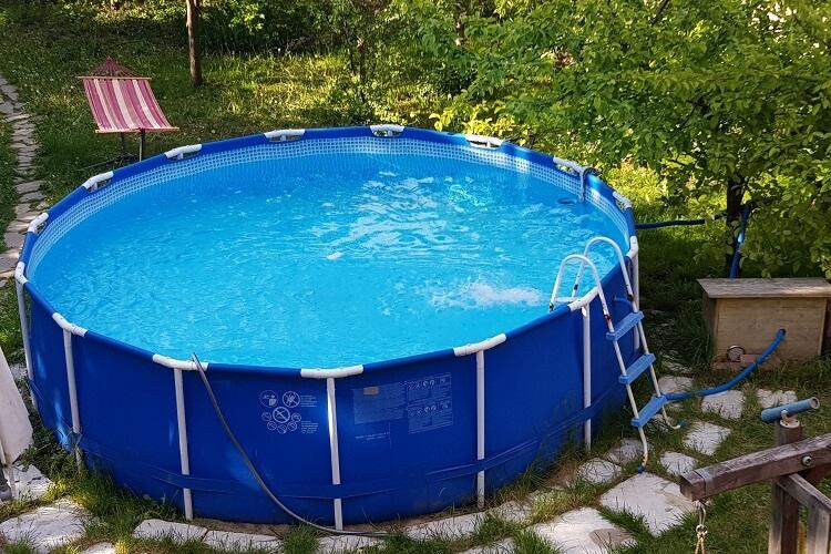 Pool nach dem Winter in Betrieb genommen